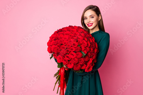 Obraz na płótnie Photo of adorable charming chic lady hold large red long roses bouquet secret ad