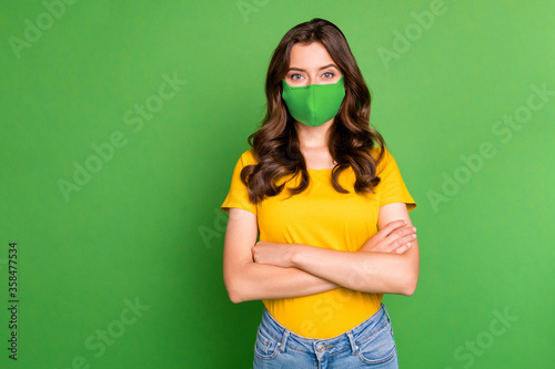 Fotomural Portrait of her she nice attractive healthy wavy-haired girl folded arms mers co