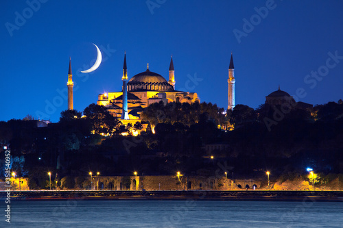 Fotomural Hagia Sophia at night with crescent moon in the sky, Istanbul, Turkey