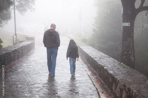 Fotografie, Obraz Padre e hijo paseando de espaldas