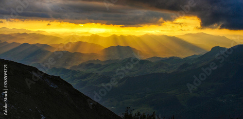 Photo landscape of sunbeams in the mountains
