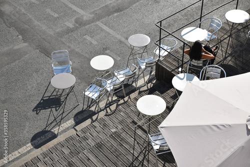 Tables et chaises en terrasse Canvas Print