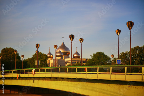 Photo Eiffel tower and Holy Trinity Cathedral over Alma bridge in Paris, France
