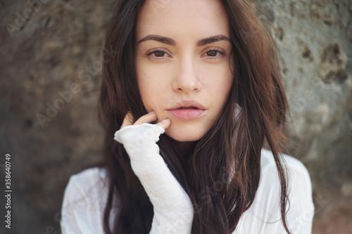 Foto Beautiful brunette woman on the beach
