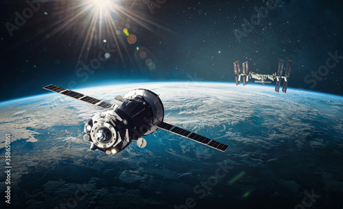 Tablou Canvas Spaceship and ISS station on orbit of the Earth planet
