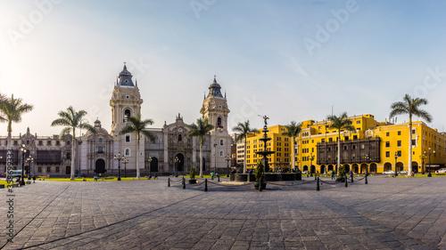 Vista panorámica de la plaza principal de Lima y de la iglesia de la catedral (LIMA, PERU)