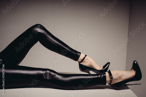 Fotografía Slender female legs in spandex catsuit and a fetish shoe with extremely high heels