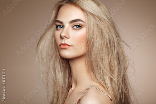 Fotografia Portrait of beautiful young woman with blonde hair