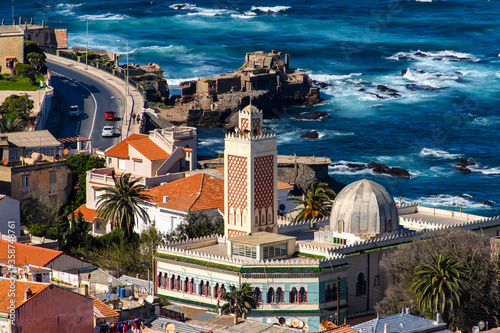 Photo Nature and architecture of Mediterranean coast of Algiers, the capital and large