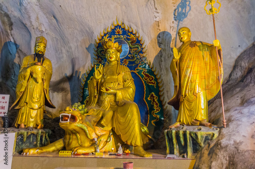Vászonkép IPOH, MALAYASIA - MARCH 25, 2018: Sculptures in Perak Tong cave temple in Ipoh, Malaysia