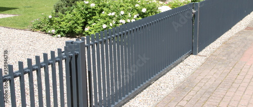 Foto a new house with a metal sliding gate