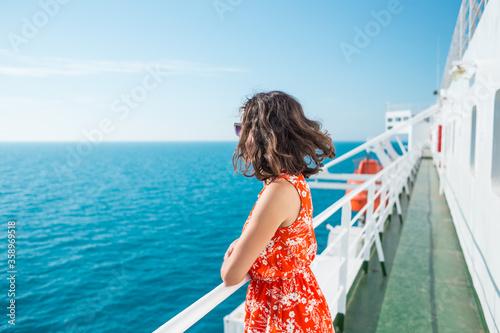 Canvastavla A woman is sailing on a cruise ship