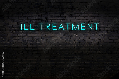 Photo Neon sign. Word ill-treatment against brick wall. Night view