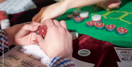 Fotografia man prepare place bet with poker chips on green table