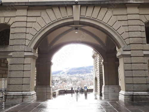 Slika na platnu archway in the city