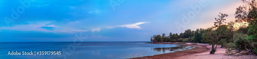 Papel de parede Panoramic view of the coast of the Gulf of Finland at sunset, Kotlin island, Rus