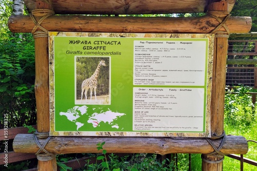 Fotografiet Information of giraffe on info board in city zoo