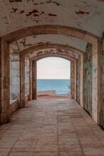 Galería Con Arcos Frente Al H...