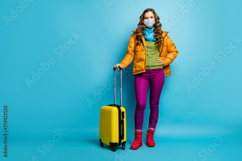Foto Full length body size view of nice wavy-haired lady traveler hold rolling case w