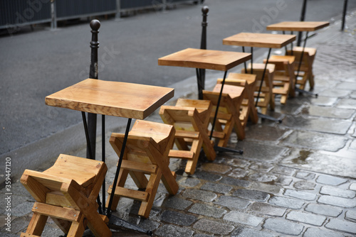 Tables sur le trottoir à Paris, France Wallpaper Mural