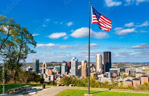 Foto American flag at Emerald View Park overlooking Downtown Pittsburgh, Pennsylvania