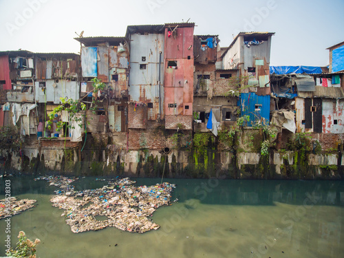Naklejka premium Biedne i zubożałe slumsy Dharavi w Bombaju.