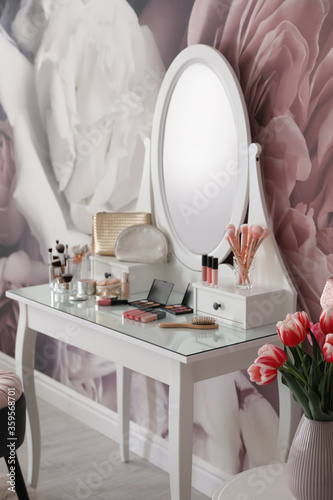 Foto Stylish room interior with elegant dressing table and floral wallpaper