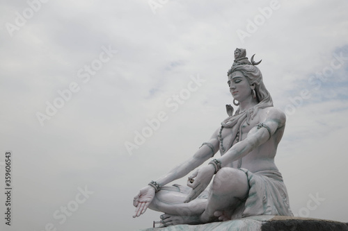 Photo RISHIKESH, INDIA , Statue of Shiva, Hindu idol near Ganges River water, Rishikesh, India