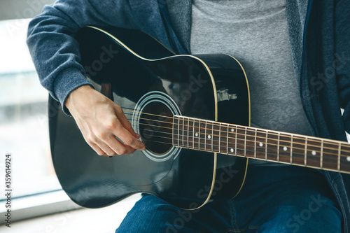The guitarist plays the guitar Tablou Canvas