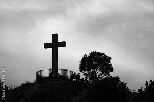Krzyż na tle czarno-białego zachmurzonego nieba