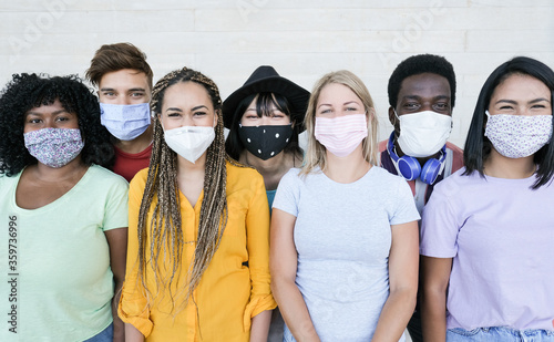 Foto Happy multiracial friends laughing and wearing protective face mask - Group of y