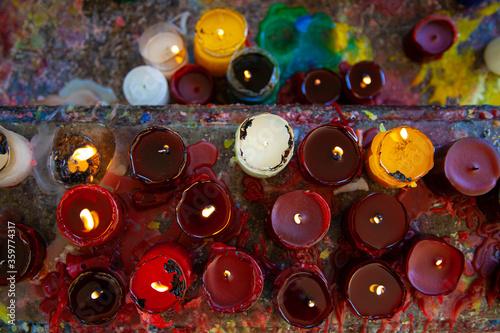Photo varias velas amontonadas de diferentes colores
