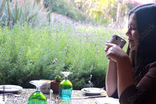 mujer adulta latina bebiendo café desayuno en el jardín Canvas Print