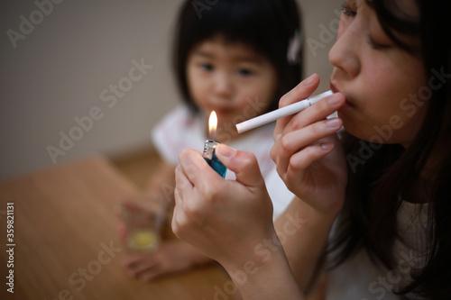 子供の近くで喫煙する母親 Fototapete