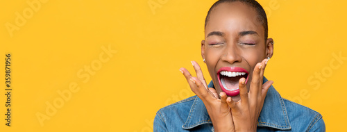 Fotomural Panoramic close up portrait of ecstatic young African American woman screaming w