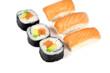 sushi et maki sur un fond blanc