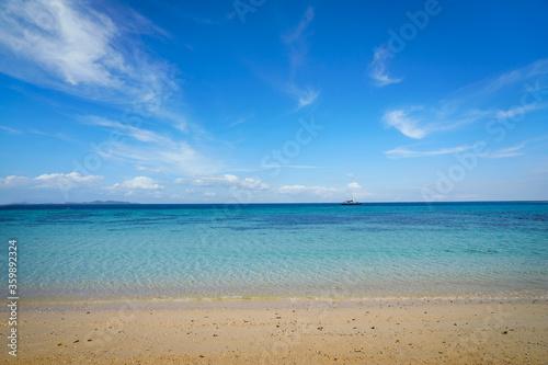 Fototapeta empty koh rok beach in summer season with clear sea and blue sky obraz