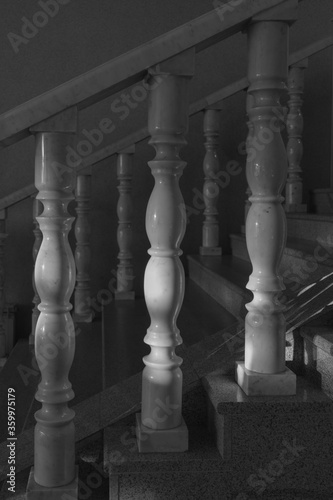 Fotografia white marble balusters in the morning sun