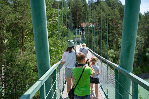 Photo little photographer goes over the bridge to the island of Patmos in Altai