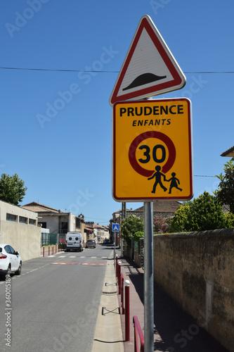 Photo Panneau de signalisation : prudence enfants vitesse limitée à 30 kmh