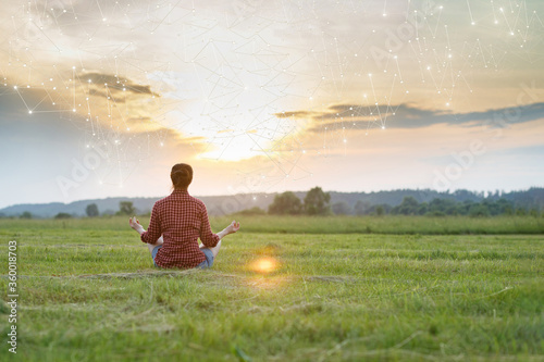 Fotografía Woman is recovering in a lotus position against the backdrop of a sunny sunset