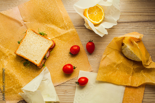 Photo Top view handmade recycable beeswax wraps on wooden surface