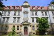 Gebäudeteil von Schloss Sonnenstein mit Eingangsportal und Fensterfront