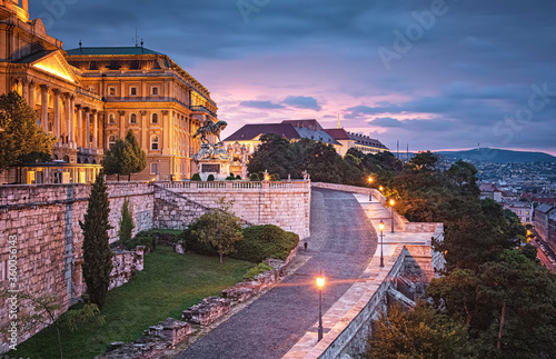 Wonderful sunset at the Royal Palace of Buda in Budapest Fototapete