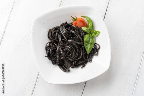 Piatto di linguine al nero di seppia, classica Cucina Italiana di mare