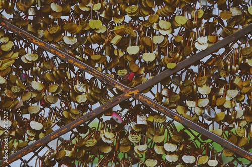 Photo Thousand of padlocks as an expression of love in Paris