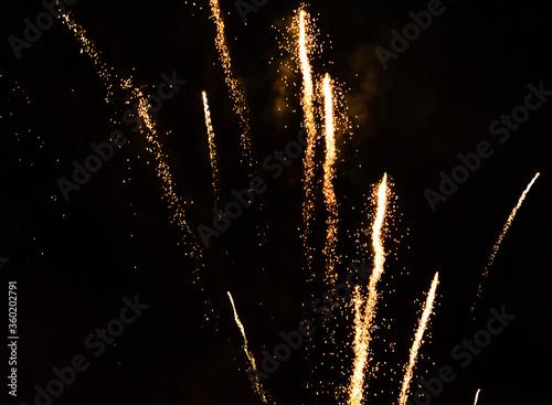 Fotografia, Obraz stunning flashes of yellow fireworks at night