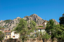 Pequeño Pueblo Construido Bajo Unas Peculiares Montañas Rocosas.