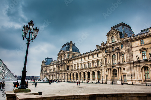 Fotografia The Louvre Museum in a freezing winter day just before spring in Paris