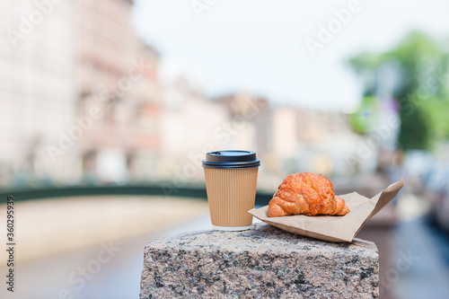Traditional breakfast of coffee and fresh croissant outdoors Canvas-taulu